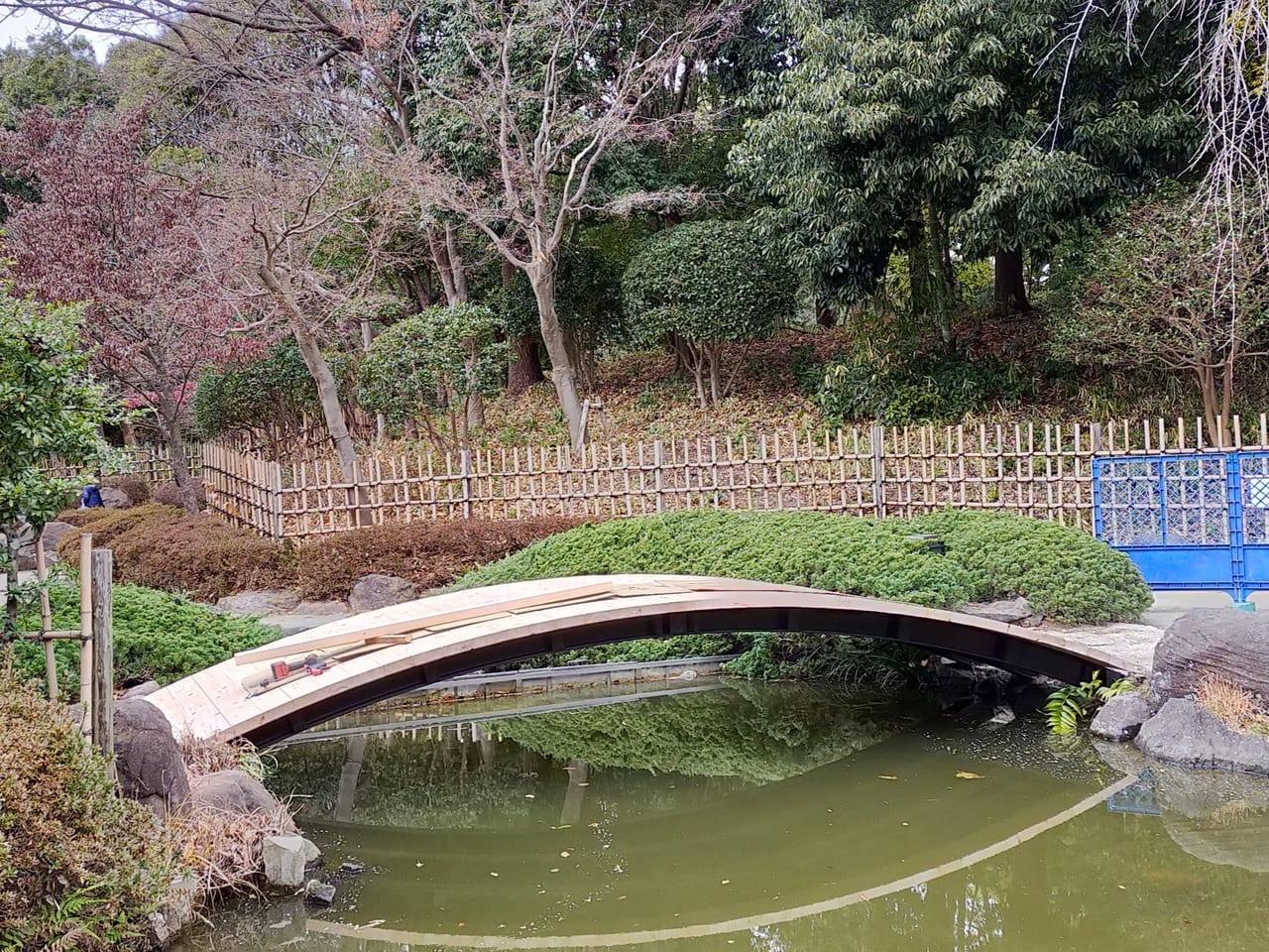 平塚市総合公園内随一のインスタ映えスポット。日本庭園の太鼓橋は工事中です。