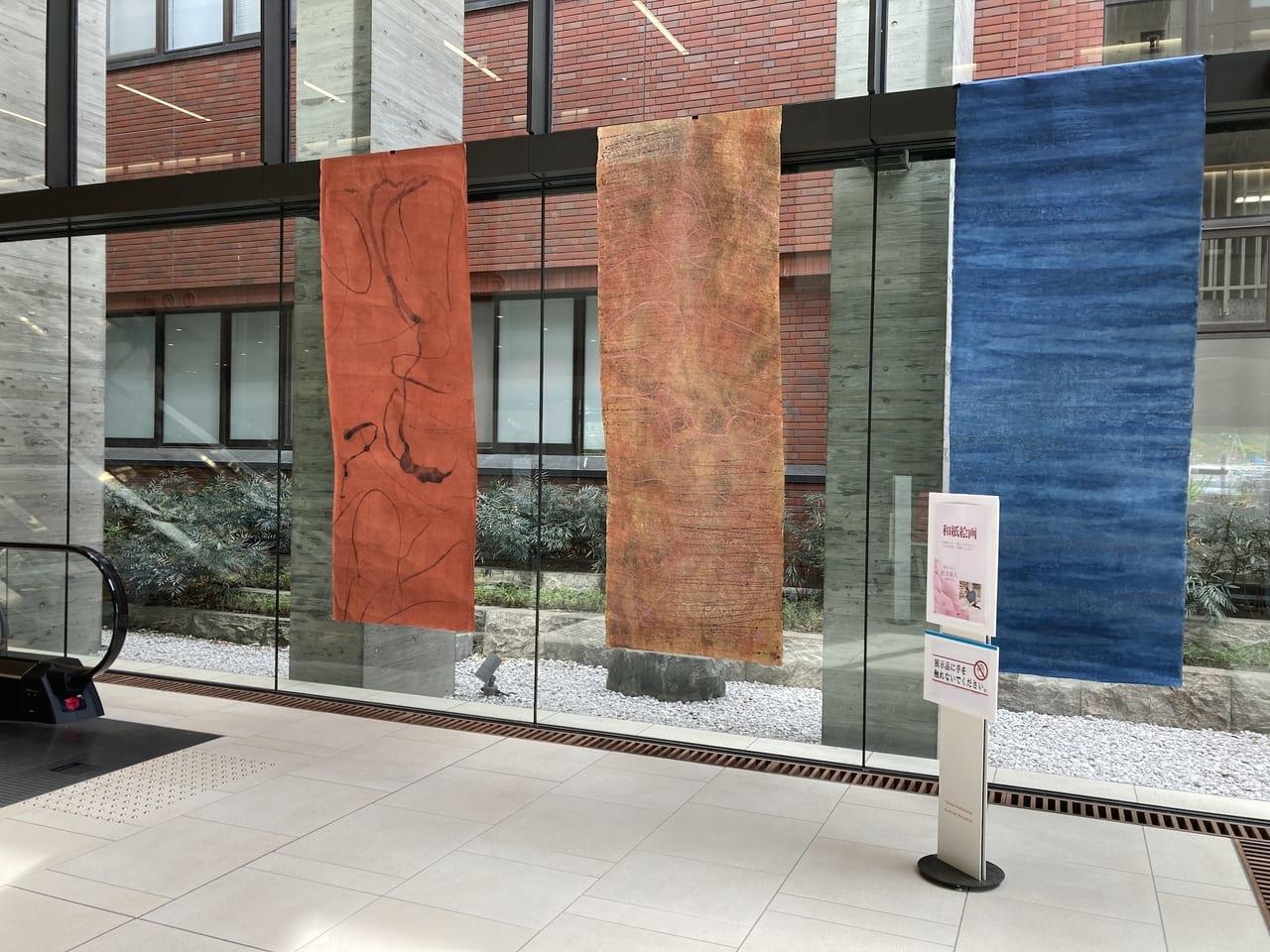 県立中央病院に展示中の秋吉保久さんの和紙絵画