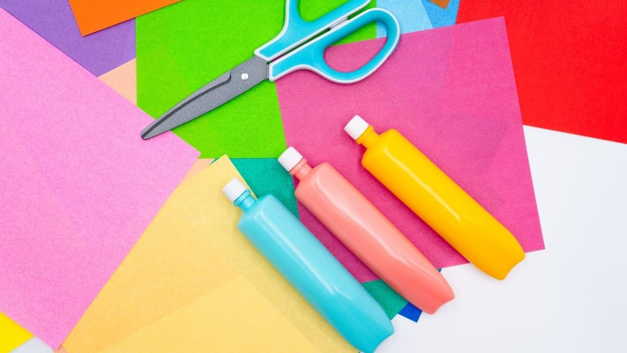 ハサミやのり、折り紙などの工作道具