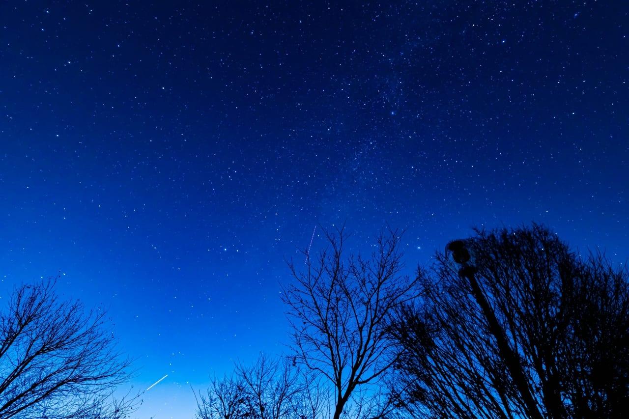 流れ星の流れる夜空