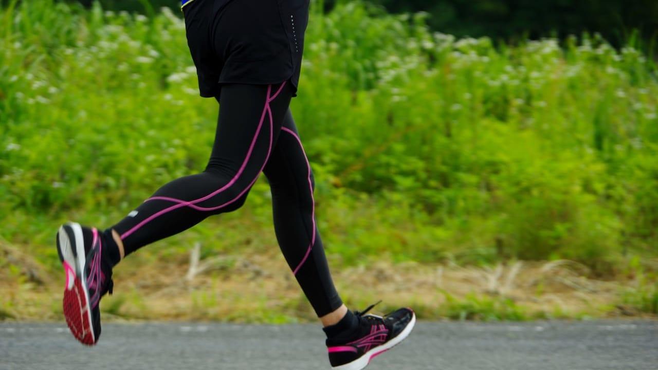 マラソンを走る女性の足AC