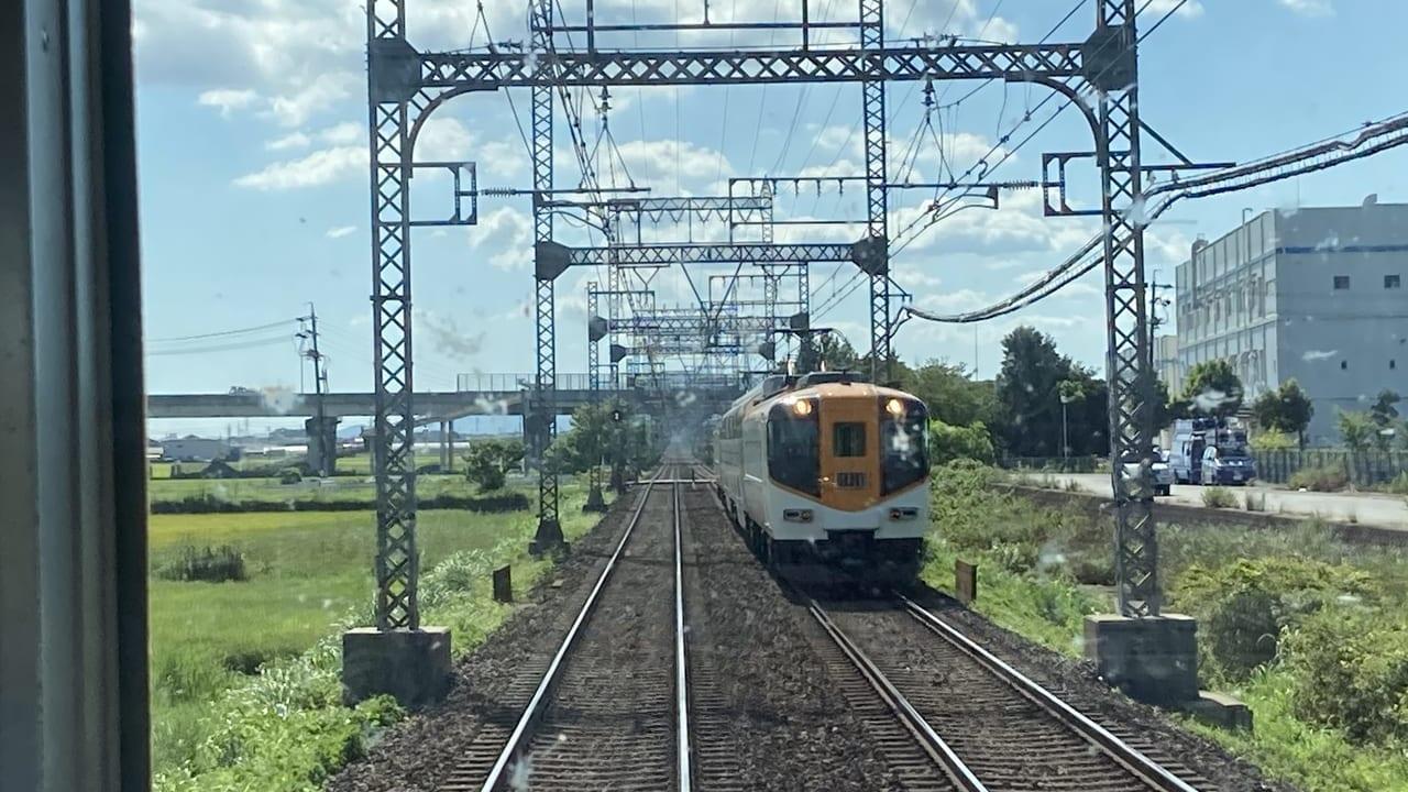 近鉄山田線下り電車からみえる近鉄特急