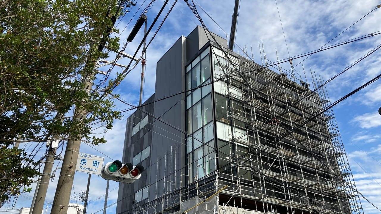 松阪市京町に建設中のSUNRISEビルを見上げた画像