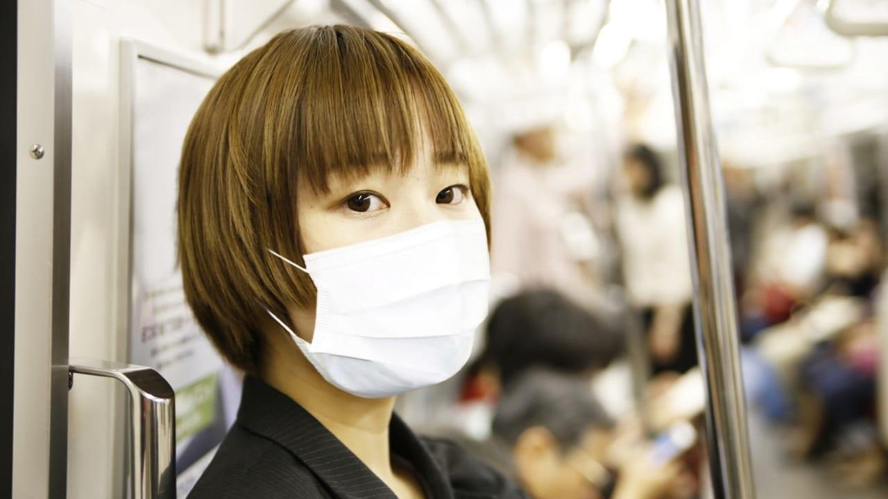 マスクする女性