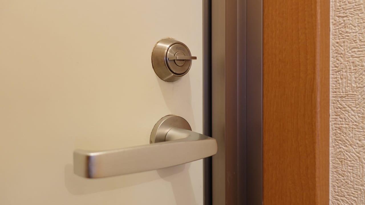 玄関ドアの施錠のイメージ