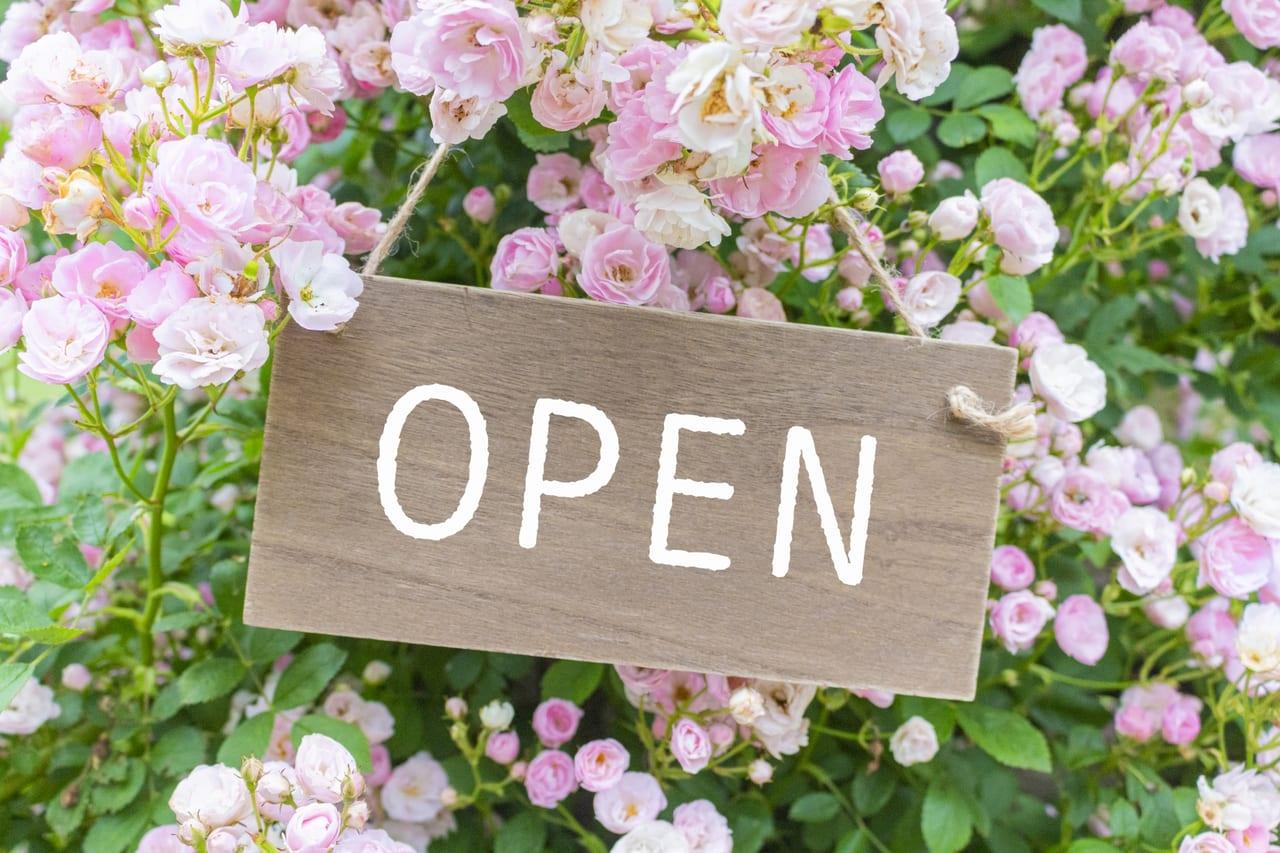 花に囲まれた「オープン」の札