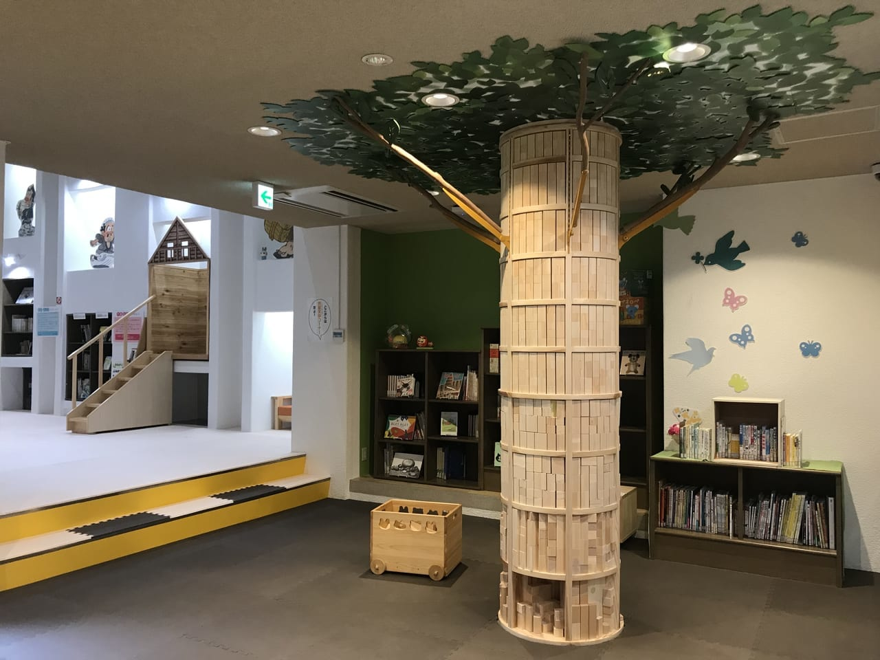2021年6月、高知県立文学館内「こどものぶんがく室」は積み木ツリーや絵本もある秘密基地のような場所。しかも無料で利用できる。